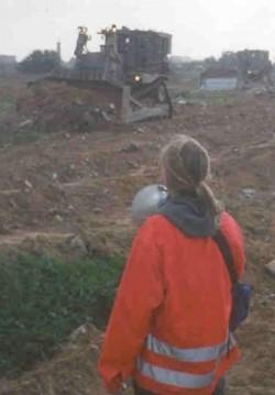 Rachel Corrie en timme innan hon dog. (Foto: Joe Carr)